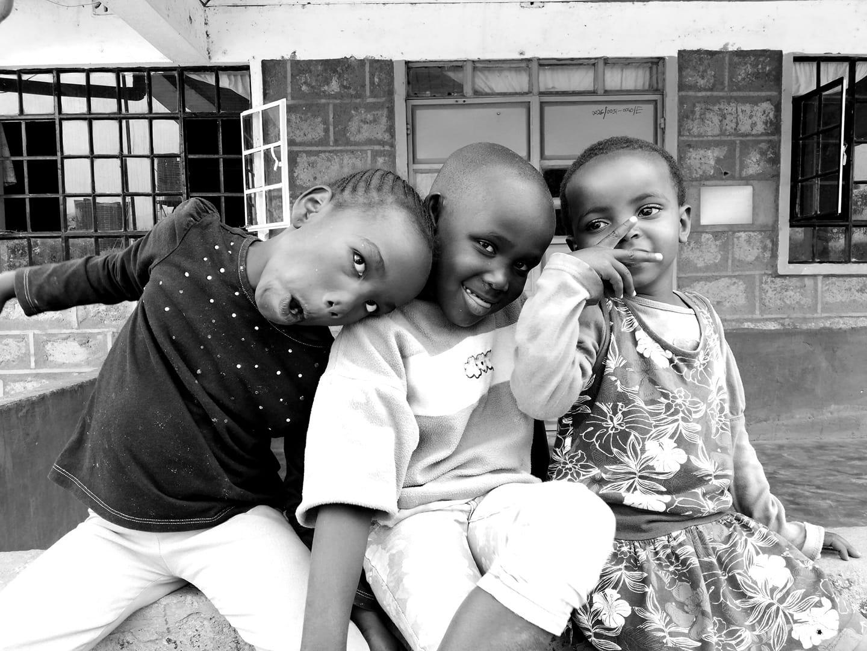 Drei Kinder in Kenia beim Projekt Nipe Tumaini